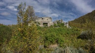 Vefallene Hütte am Rande einer Siedlung