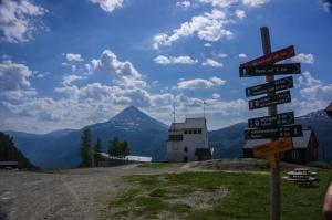 Bergstation der Krossobahn mit Gaustatoppen im Hintergrund