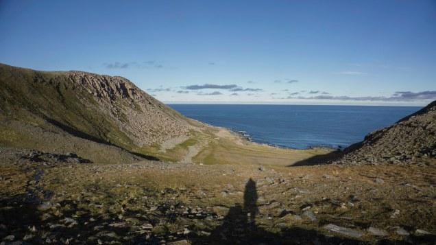 Blick hinunter zur Bucht Knivskjelvika